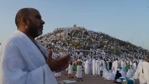 Jemaah haji berdoa ketika melaksanakan wukuf di Jabal Rahmah, Arafah, tahun 2019. Foto: Darmawan/Media Center Haji