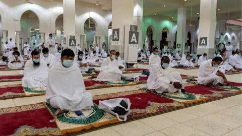 Jemaah haji mengenakan masker dan menjaga jarak saat menyimak khotbah di Masjid Namirah di Arafah, Makkah, Arab Saudi, Kamis (30/7/2020). Foto: Saudi Press Agency/Handout via REUTERS