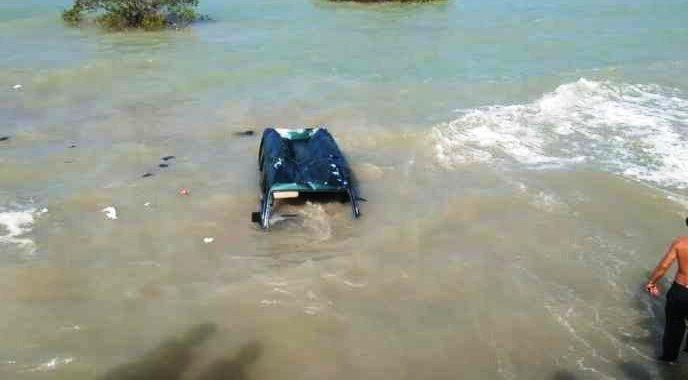 Mobil Tercebur Laut di Camplong Sampang Madura