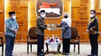 Plh Bupati Sidoarjo Saat Menerima SK dari Gubernur Jawa Timur Lintasjatim.com