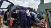 Mobil Xenia yang Ringsek Ditabrak Kereta Api Lintasjatim.com