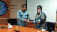 Muh Syarif, Rektor Trunojoyo University (kiri) dan Sony Sutanto ketua Perpani Bangkalan saat penyerahan cinderamata usai MoU. Lintasjatim.com