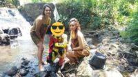 Para Gadis Pakai Kemben Sedang Swafoto Bersama Pegowes