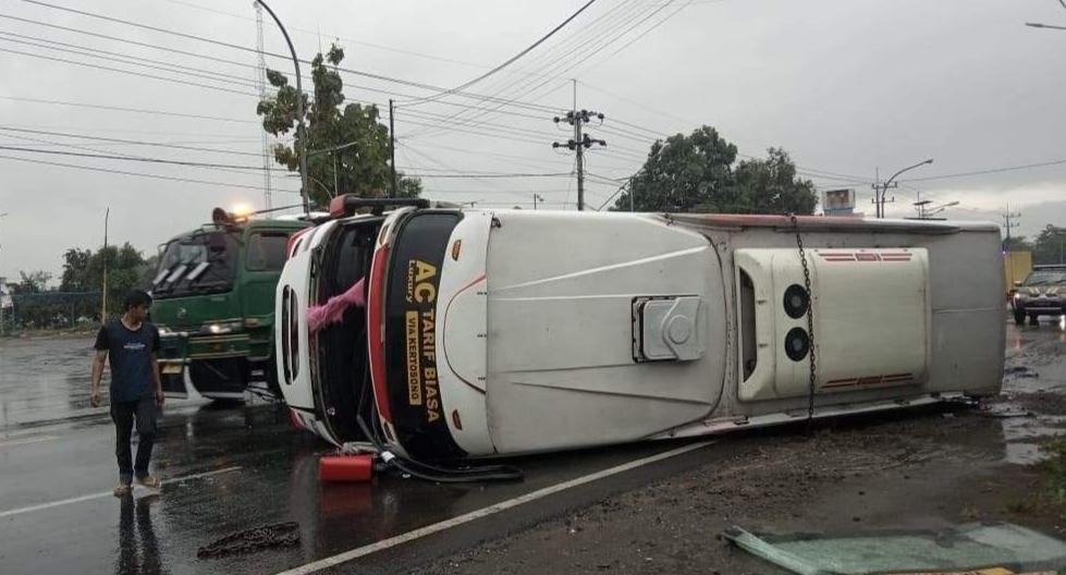 Bus Bagong Terguling di Ngantru Tulungagung