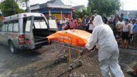 Petugas Mengevakuasi Korban Gantung Diri Lintasjatim.com