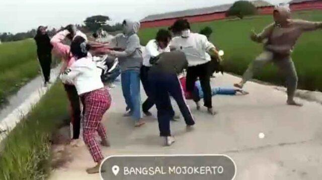 Tangkap Layar Video Dua Kelompok Pelajar Cewek Terlibat Tawuran
