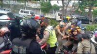 Tangkap Layar Video Satpol PP Bersikap Kasar Kepada Warga Tak Pakai Masker