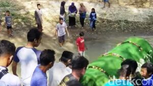 Video Viral Warga Ponorogo Gotong Keranda Lewat Sungai