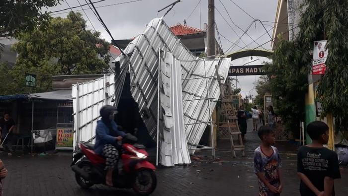 Atap Rumah Warga Melayang Diterpa Hujan Angin _Lintas Jatim