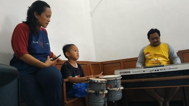 Bocah TK Bisa Main Kendang, Ibra, Ayah dan Ibunya. Sumber: detik.com