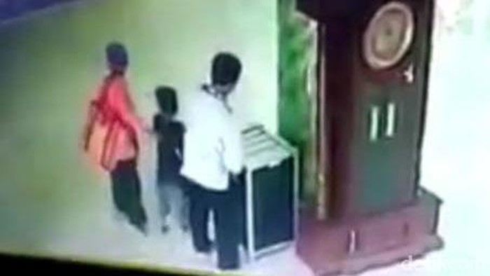 Tangkap Layar Video CCTV Satu Keluarga Mencuri Kotak Amal