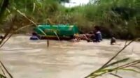 Keranda Jenazah Menyeberangi Sungai Lamong