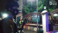 Petugas Yang Siaga di Depan Rumah Warga