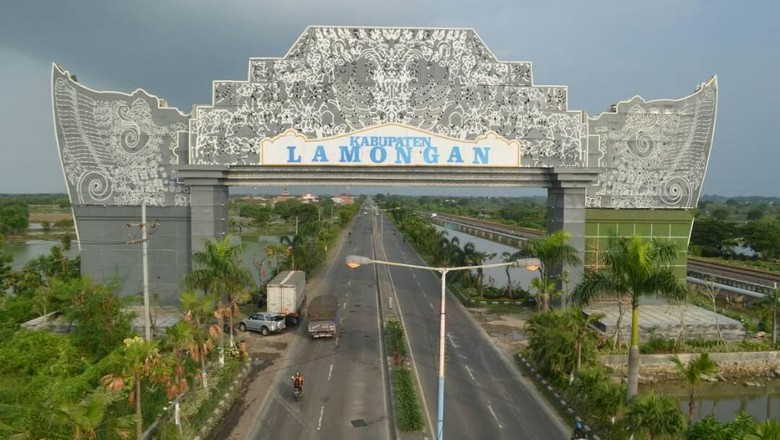 Pintu Gerbang Kabupaten Lamongan dari Arah Gresik