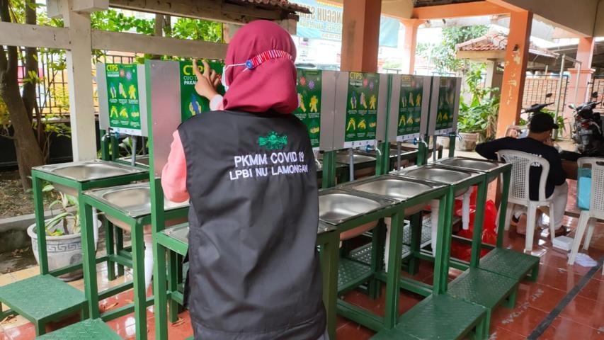 LPBI NU Lamongan Menyerahkan Bantuan Alat Cuci Tangan (2)