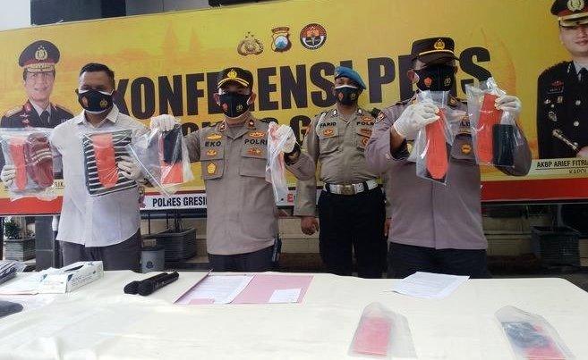 Polisi Menunjukkan Barang Bukti Saat Gelar Perkara