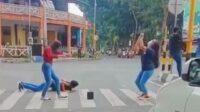 4 Remaja Berjoged di Tengah Jalan Raya