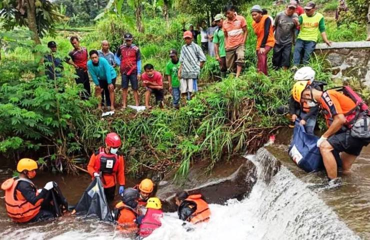 Evakuasi Korban di Sungai Sukowidi Panekan [Lintas Jatim]