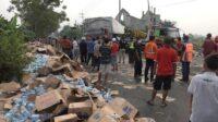 Kecelakaan Truk Muat Aqua di Sidoarjo