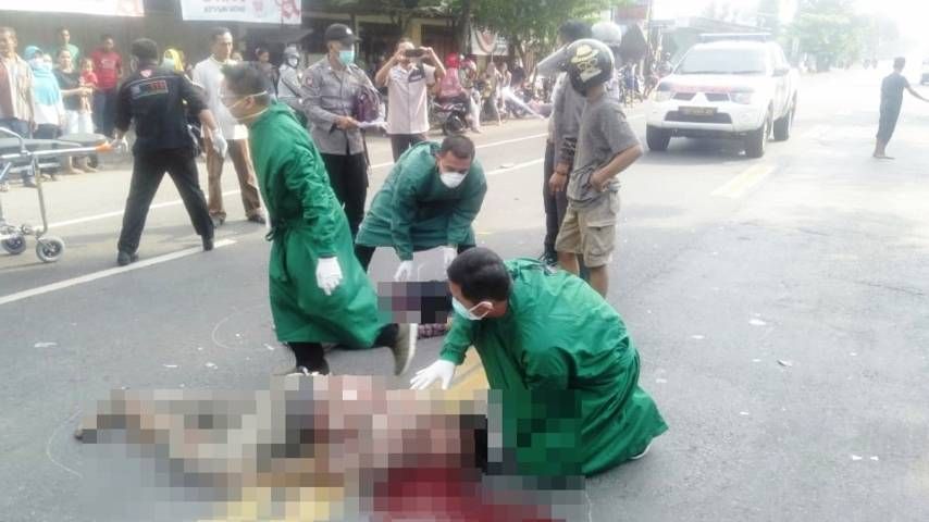 Evakuasi Korban Kecelakaan oleh Petugas [Lintas Jatim]