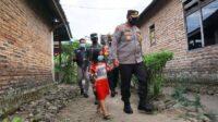 Anak Kecil di Mojokerto Ikut Semangati Penyaluran Bansos oleh TNI-Polri