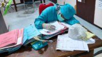 Tenaga Kesehatan RSUD Gambiran Kediri yang Kelelahan Menangani Pasien Covid-19