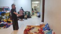 Korban Mustofa menunjukkan kamarnya yang diacak acak pelaku dan menyikat harta bendanya pada Jumat (23/7/2021) malam