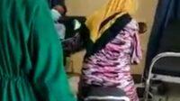 Emak-emak Masukan Motor ke IGD Rumah Sakit di Situbondo