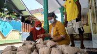 Ibu-Ibu di Probolinggo Ini Bagikan Nasi 800 Bungkus Setiap Hari