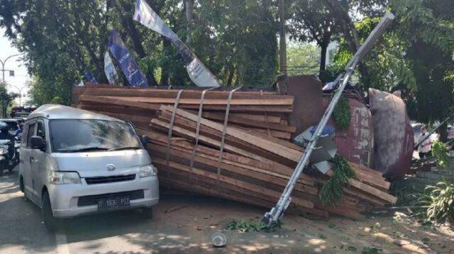 Kecelakaan Truk Muatan Kayu di Gresik