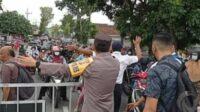 Polisi Membubarkan Pembagian Telur Gratis di Blitar