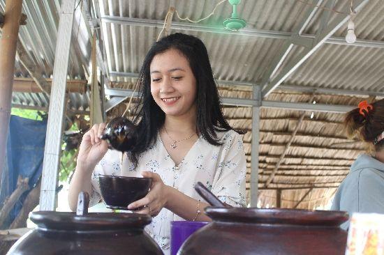 Sabrina Dwi Istiqomah saat melayani pembeli