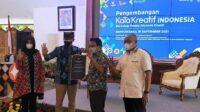 Menteri Pariwisata dan Ekonomi Kreatif Sandiaga Salahudin Uno menyerahkan secara simbolik Bantuan Insentif Pemerintah Jaring Pengaman Usaha (BIP JPU)