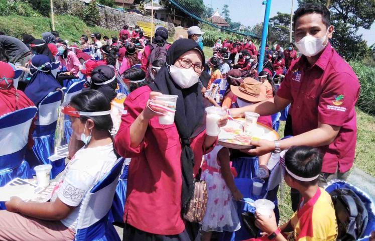 Aksi Minum Susu oleh PKH Kabupaten Kediri