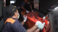 Jenazah dievakuasi oleh petugas
