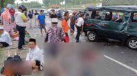 Warga Sekitar Sedang Evakuasi Korban Kecelakaan di Desa Sentul Purwodadi Pasuruan